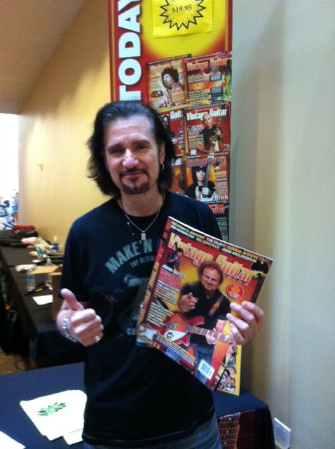 Bruce Kulick stops by the VG booth.
