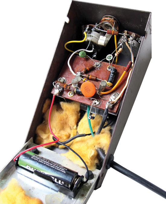 Inside the FZ-1A are the three Germanium transistors and 1.5-volt battery; the FZ-1 relied on two of these, while the FZ-1B used a 9-volt.